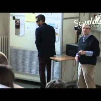 Studente universtario si finge cieco e fa la pipì in aula!